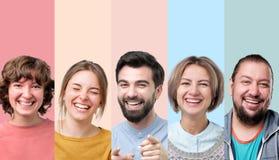 Mannen en vrouwen die op grap lachen die goede stemming hebben royalty-vrije stock foto