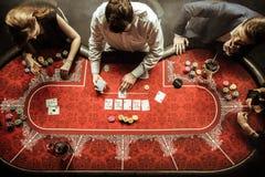 Mannen en vrouwen die pook in casino spelen stock foto's