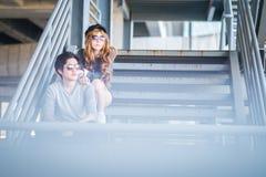 Mannen en vrouwen die zonnebril dragen die zich op een staalkader const bevinden Royalty-vrije Stock Afbeelding