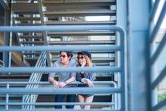 Mannen en vrouwen die zonnebril dragen die zich op een staalkader const bevinden Royalty-vrije Stock Foto's