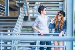 Mannen en vrouwen die zonnebril dragen die zich op een staalkader const bevinden Stock Foto