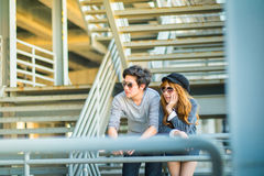 Mannen en vrouwen die zonnebril dragen die zich op een staalkader const bevinden Stock Afbeelding