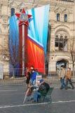 Mannen en vrouwengang op het Rode Vierkant in Moskou Royalty-vrije Stock Afbeeldingen