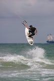 Mannen fångar stor luft Parasail att surfa i Florida Arkivbild
