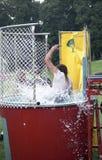 Mannen får doppad på en hennes festival royaltyfri foto
