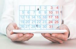 mannen för holdingen för kalendern 3d isolerade framförde illustrationen white Arkivfoton