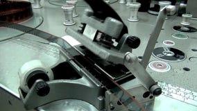 Mannen förbereder till snitt en gammal filmfilm på maskinen stock video