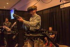Mannen försöker hörlurar med mikrofon för virtuell verklighet HTC Vive Royaltyfri Foto