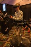 Mannen försöker hörlurar med mikrofon för virtuell verklighet HTC Vive Royaltyfria Foton