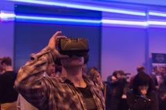 Mannen försöker virtuell verklighethörlurar med mikrofon Royaltyfri Fotografi