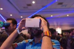 Mannen försöker virtuell verklighethörlurar med mikrofon Arkivbilder