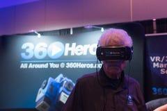 Mannen försöker virtuell verklighethörlurar med mikrofon Royaltyfri Foto