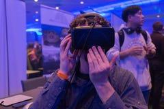 Mannen försöker virtuell verklighethörlurar med mikrofon Royaltyfri Bild