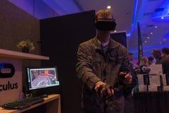 Mannen försöker virtuell verklighethörlurar med mikrofon- och handstyrning Arkivfoto