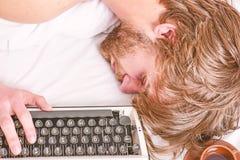 Mannen faller sovande Författare använd gammalmodig skrivmaskin Författaren rufsade till hår faller sovande, medan skriv boken Ar royaltyfri foto