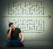 Mannen finner en lösning för att lösa problem och fly från labyrint royaltyfria foton