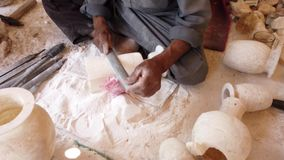 Mannen formar en alabaster- stenvas genom att använda en mapp stock video