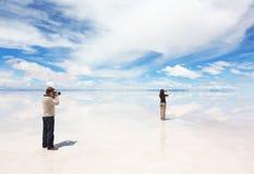 Mannen fotograferar kvinnan som tar bilder av landskapet Royaltyfri Foto