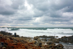 Mannen fotograferar stormen på havet Royaltyfri Fotografi