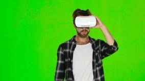 Mannen från något avviker i VR-maskering grön skärm arkivfilmer