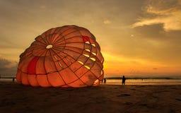 Mannen förbereder den para seglingen på stranden i Thailand Arkivfoto