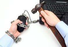 Mannen frigjorde från kedjan som var fastnitad till hans dator och den faktiska världen Arkivfoton