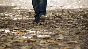 Mannen går för långsam och snabb rörelse lager videofilmer