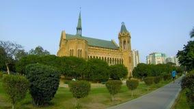 Mannen går i Frere Hall Park, Karachi arkivfilmer