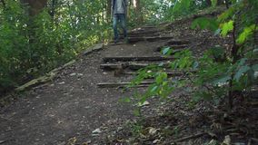 Mannen går ner den förstörda trappuppgången lager videofilmer