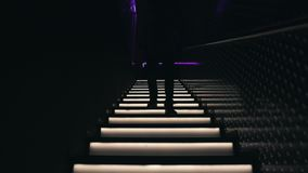 Mannen går ner trappan i en nattklubb arkivfilmer