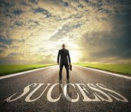 Mannen går på en framgångväg Begrepp av den lyckade affärsman- och företagsstarten arkivbild