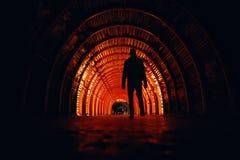 Mannen går in till ingången av Catedralen de Sal royaltyfria foton
