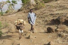 Mannen går vid bygdbanan i Bahir Dar, Etiopien Arkivfoto