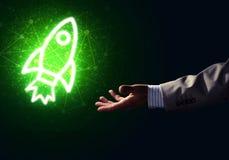 Mannen gömma i handflatan framlägga raketrengöringsduksymbolen som teknologibegrepp Royaltyfri Bild