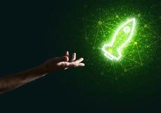 Mannen gömma i handflatan framlägga raketrengöringsduksymbolen som teknologibegrepp Arkivfoto