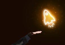 Mannen gömma i handflatan framlägga raketrengöringsduksymbolen som teknologibegrepp Fotografering för Bildbyråer