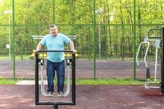 Mannen gör övningar på sportarna övar maskinen Royaltyfria Foton