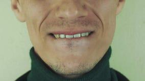 Mannen gör den iar kyssframdelkameran mun tänder Tuggakanter borstet sinnesrörelser stock video
