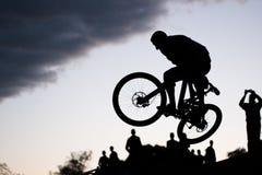 Mannen gör extrema trick på cykeln arkivbilder