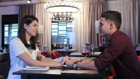 Mannen gör förslag till hans flickvän på restaurangen arkivfilmer