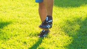 Mannen gör fot för morgonövningscirklar på gräsgräsmatta stock video