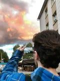Mannen gör fotoet av solnedgång Royaltyfri Bild