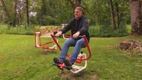 Mannen gör fysisk aktivitet på utomhus stock video
