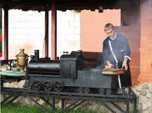 Mannen gör grillfesten, kebab Royaltyfria Foton
