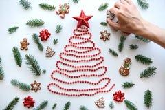 Mannen gör hans eget idérik träd för jul eller för det nya året royaltyfria bilder