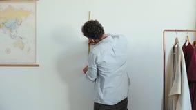 Mannen gör mätningar med linjalen arkivfilmer