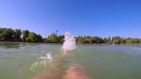 Mannen gör ryggsim medan simning för öppet vatten lager videofilmer