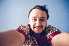 Mannen gör selfiemorgon Fotografering för Bildbyråer