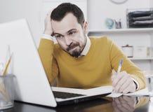 Mannen gör viktiga dokument Arkivfoton