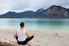 Mannen gör yoga Royaltyfria Bilder